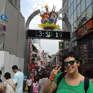 Echándole una foto a Lorena delante de Takeshita Street