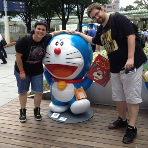 Yo posando junto a Borja y Lorena con Doraemon...