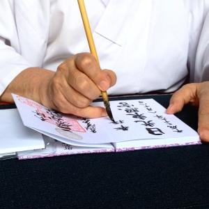 Un monje escribiéndonos en el libro de templos
